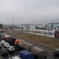 """Начались работы по реконструкции дороги близ рынка """"Алтын Орда""""."""